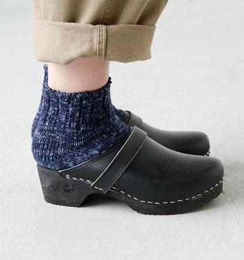 かかとの無いデザインで、靴下をどれだけ履いても安心! 冷えとりファッションでも、取り入れている人が多いのが、このようにサボの形をした靴です。
