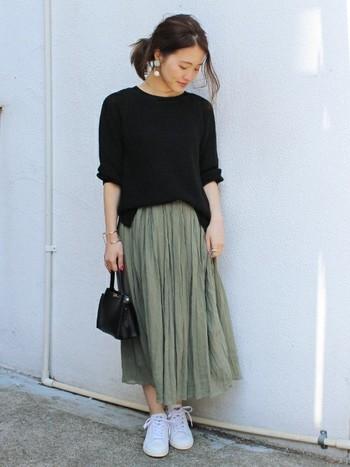 ナチュラルなシフォンスカートに黒のプルオーバーをプラスした落ち着きのある着こなし。休日は心をリラックスさせてくれる緑のスカートをはいて、ゆっくりひとりで近所をお散歩すれば良い気分転換に。