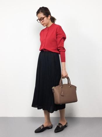 少し疲れを感じてくる木曜日には、ポジティブなパワーをくれる「赤」のカーディガンをチョイス。柔らかなプリーツスカートにインすれば、上品なこなれ感のある着こなしに。