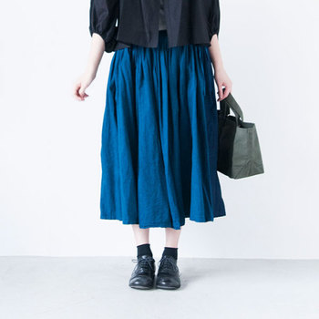きれいなブルーにブラックのコーディネート。マニッシュなシューズに短めの靴下を合わせて、シンプルな色合わせながら女の子らしさが香る着こなしですね。