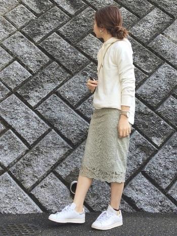 女度が高いレースのタイトスカートは、×パーカー+スニーカーで甘辛MIXスタイルに。パステルグリーンの淡さを消さないように、ホワイトアイテムと合わせるのがカギ◎