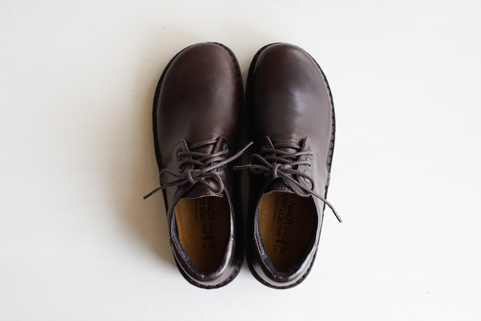 スタンダードな形の紐靴、DANIELA(ダニエラ)。かかとにはクッションが入っているため、最初から靴擦れの心配もありません。履きこむごとに自分の足の形に馴染んでいく、経年変化も楽しみたい一足です。