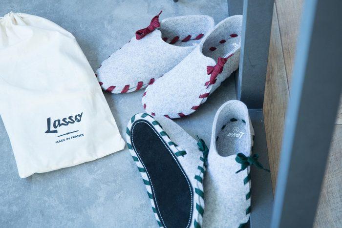 フランスの小さな工場で生産しているルームシューズLasso (ラッソ)。一枚のフェルト布とリボンを使って、自分で組み立てるDIYスリッパです。