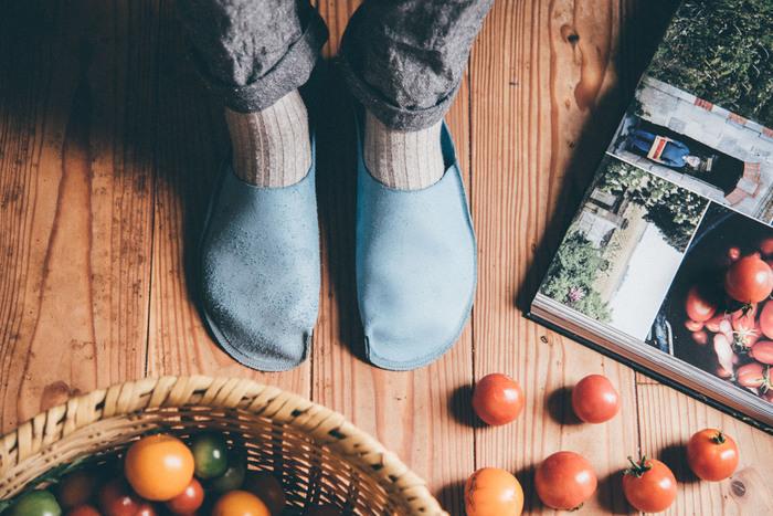 トートーニーは東京・浅草にある、はきものと革もののブランドです。つま先から膝までの「toe to knee」という意味から名付けられたそうです。 革をカットした時のハギレが出ないよう、無駄のない様に裁断され、丁寧な処理がされた一枚革のスリッパです。