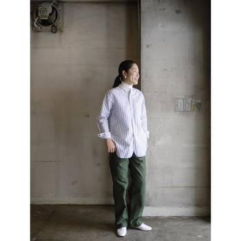 深いグリーンのカーゴパンツにストライプシャツをあわせたコーディネート。インナーにタートルネックをあわせて、さりげないレイヤードがおしゃれです!