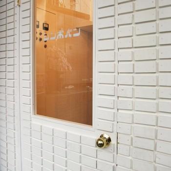 """立川駅から歩いてすぐ、可愛いカフェのようなパン屋さんとして有名な「シンボパン」。 ご家族が営んでいた自転車屋さんをリノベーションし、パン屋さんとして生まれ変わったそうです。 おかっぱ頭をイメージしている""""ボ""""の文字が可愛らしい店名のロゴも印象的ですね。"""