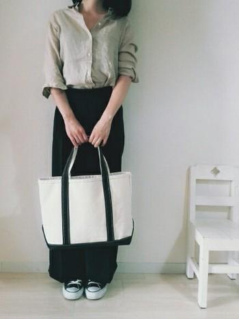 """自由に選べるデザイン・お手頃な価格帯が好まれ、男女問わずに人気の""""L.L.Beanトート""""。 元々、氷の塊を運ぶためのバッグとして使われてきました。耐久性に優れ、縫い目が劣化したり、ほつれにくい丈夫な作りなのが特徴です。"""