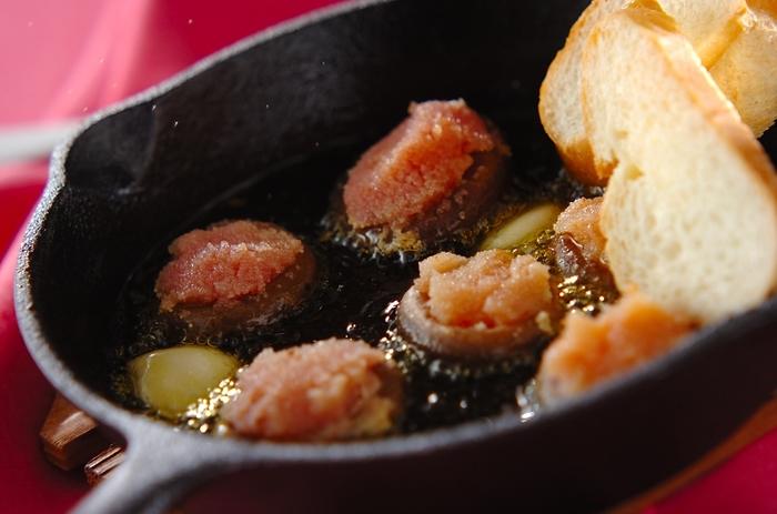 明太子のプチプチ食感が楽しいしいたけのアヒージョをバゲットに浸せば、旨みたっぷりのオイルがじゅわっと染み込んで、最高のお酒のおつまみに。