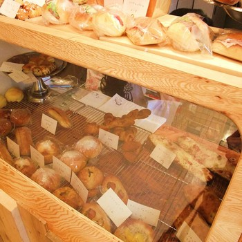 おしゃれな木枠のショーケースにパンが並べられた風景は、まるで絵本の世界に出てきそう。