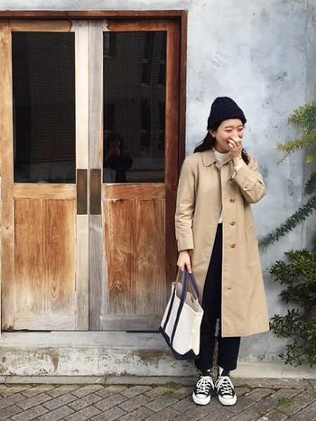 キャンバス地のコンバースとの相性は抜群です。定番のノーカラーコートと、ニット帽のベーシックアイテムで合わせれば、洗練された大人な雰囲気に。