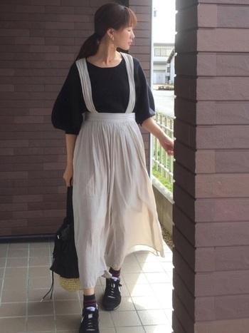 スカートのやわらかな印象をくずさないよう、黒スニーカーとなじむ落ち着いたカラーの柄ソックスを。コーデにちょっぴり遊び心をプラス♪