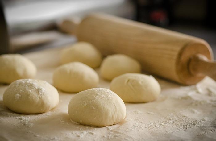 【生地を一度焼いてから冷凍する場合】 180度の温度で10分空焼きし冷まして一枚ずつラップで包み冷凍庫へ。使う時は冷凍のままトッピングをして焼いてOK!冷凍からは2週間で使い切りましょう。  【焼く前に冷凍の場合】 1次発酵後丸めてラップでぴったり包み冷凍庫へ。この時ラップにオイルを塗っておくと生地の乾燥を防いでくれますよ。使う時は冷蔵庫で自然解凍冷凍。冷凍からは1~2週間で使い切るのが良いですね。