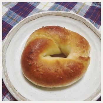 こちらは塩パンベーグル。イーストフードを使わない素朴なパン一つ一つから、優しく丁寧な味わいが感じられます。 地元でも遠方からも愛され続けている理由がわかりますね。