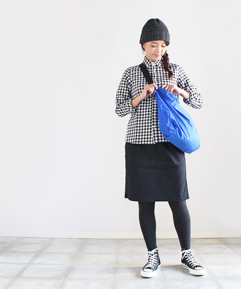 お出掛けにちょうど良いサイズのショルダーバッグ。こんな風に斜めがけしたり、片方の肩から下げても◎ブルー、レッド、オレンジなど、カラーバリエーションも豊富です。