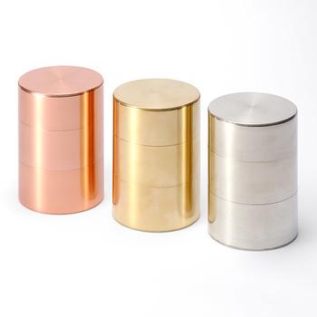 開化堂の茶筒の素材は銅製(画像左)、真鍮製(画像中央)、ブリキ製(画像右)があります。