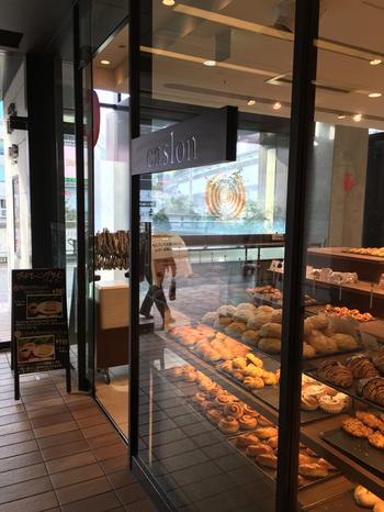 仙台発の有名パン屋さん「キャスロン」は、添加物を一切使用しないこだわりのパンを提供します。 イーストももちろん使わず、天然酵母のみを使用しています。 立川駅ビルエキュートのなかにあるモダンなお店です。