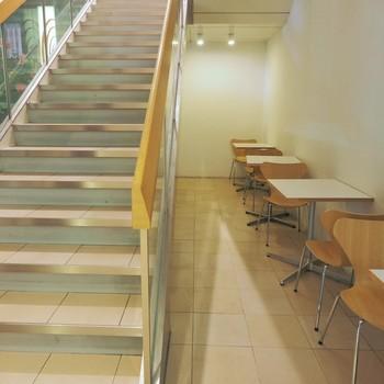 店内は、1階と2階に広々とした綺麗なカフェスペースがあるので、ゆっくりとランチタイムやカフェタイムを過ごせそうです。