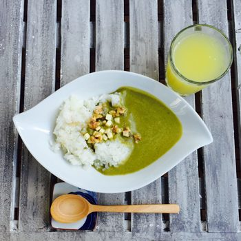 整える緑とゴマ、カレーペースとで作るヘルシーな緑色のベジタブルカレーは、見た目もさわやかで、シンプルながら深くやさしい味わい。食欲のない暑い日にとくに美味しくいただけそう。
