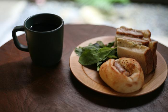 マグカップは木製のプレートとも相性バツグン!