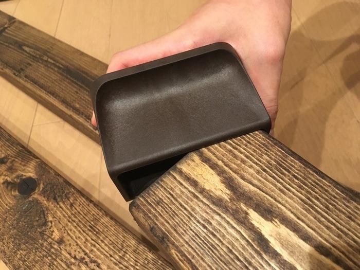 木材が完全に乾いたら、ディアウォールを柱に取り付けましょう(バネが入っている方を天井側にします)。柱を壁面に設置して、取り付けたい位置に合わせて棚受け・棚板をつけたら完成です♪