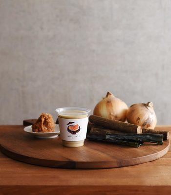 ごぼう、タマネギ、麦味噌で作られたお味噌汁は、最後にごま油の香りがふわっと残る風味豊かな味わいで、タマネギと麦味噌の甘みもやさしく、ごぼうが苦手な子供でも美味しく飲めるかも。