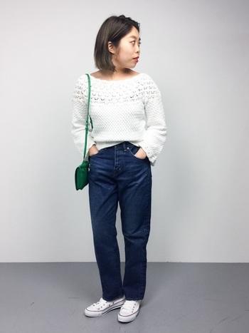 丈の短いコンパクトなニットは、タックアウトして着るのが普通ですが、裾を少しだけインすることでこなれ感がアップします。「前裾のリブの部分を一カ所だけ」がポイントです。