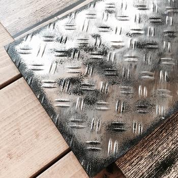 絵具が乾いたら同じスポンジにブラックを多めにつけて、軽いタッチでポンポンとシートの四隅を加工していきます。次に四隅以外の空間にも、同じようにポンポンと絵具をつけて完成です(リアル感をだすには、まだらな感じにするのがポイント)。ブラックにゴールドやシルバーを混ぜて加工すると、さらにリアル感がUPますよ☆