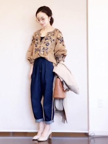 たっぷり刺繍のフォークロアブラウス×ジーンズ。前だけインすることですっきりした印象になり、きれいめな小物との相性もぴったりです。