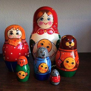 頭巾をかぶったロシアの女の子がモデルのマトリョーシカ。マトリョーシカについてもやはり産地別で6つの系統があると言われています。