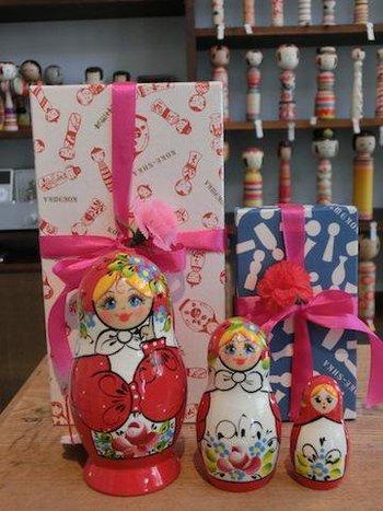 マトリョーシカは子を産む人形ということで、母の象徴でもあるとか。こけしシルエットのラッピングで、母の日のプレゼントにいいかも♪