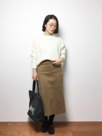 厚手の白ニット×タイトスカート。ふっくらとしたボリュームのあるニットは、前だけインでシルエットに遊びとメリハリが出ます。ストレートなスカートとのシルエットと色合わせでバランス良くまめたコーディネートです。