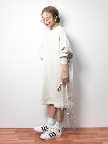 白いスウェットワンピにスーパースターをプラス。服がシンプルだと3本ラインが効いてきますね。