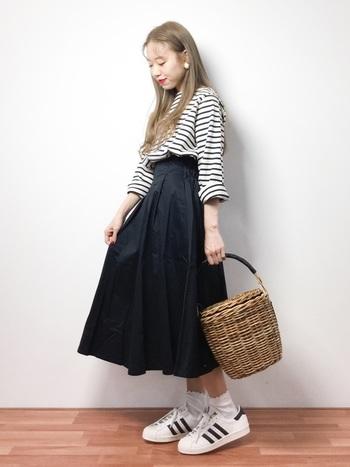 フレアスカートに籠バッグの女子コーデ。これにガーリーな靴下を合わせても、スーパースターは意外とはまります。