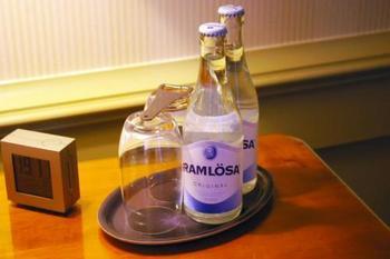 スウェーデンの水道水は美味しく、安心して飲んでいただけるお水です。 ただ日本と比べると硬水なのでお腹が心配な方はペットボトル等を購入するのがいいかもしれません。スーパーで売っているペットボトルのお水はガス入りの物が多いです。 水は『Vatten(ヴァッテン)』、炭酸は『Kolsyrat(コルシーラット)』とペットボトルに記載してありますので、炭酸水がお好きではないかたは気をつけてくださいね。