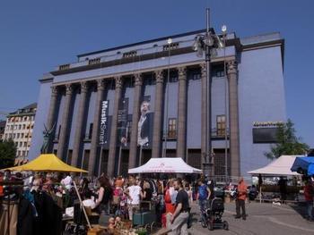 フリーマーケットはスウェーデン語で『Loppis(ロッピス)』といいます。色々な場所で開かれていますが、一番行きやすいのは中心部の『Hötorget(ハートリエット)』駅のところで毎週土曜日に開かれています。 後ろに見える青い建物はノーベル賞授賞式が行われるコンサートホールです。