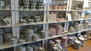 スウェーデンの陶器ブランド『グスタフスベリ』はスウェーデンの都市「グスタフスベリ」が発祥です。ストックホルム中心部からバスで1本、30分程の郊外にあります。アウトレット商品は市内で買うよりもお安く買えますが、状態の悪いものも多く並んでいるので選ぶ時は慎重に!