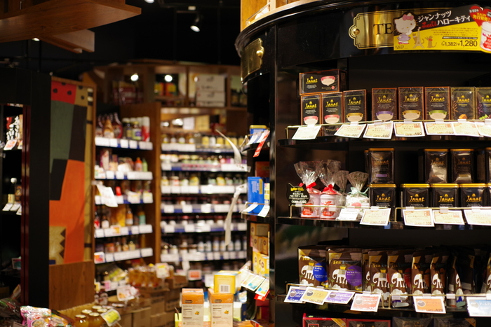輸入食品屋さんには、珍しいお菓子やおつまみがいっぱい!