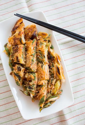ピリ辛、モチモチ食感が美味しいキムチチヂミ。ビールや焼酎と一緒に食べると美味しい、大人のためのレシピです。タレをつけなくても◎