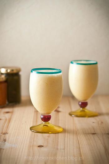 フレッシュなパイナップルと、市販のアイスクリーム、白ワインをミキサーにかけるだけの簡単レシピ。アイスクリームの甘さとクリーミーさがクセになりそう♪