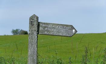 歩くのが大好きなイギリスの人々。もちろんハドリアヌスの長城にもフットパス(歩くための小径)が用意されています。