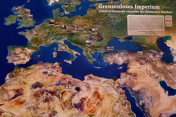 """ローマ帝国最大の領土を築いた先帝トラヤヌスが""""攻めの皇帝""""なら、ハドリアヌスは""""守りの皇帝""""。何度も行われた視察旅行は、広大なローマ帝国の国境を安定させるためと言われています。第1回の視察旅行でも早い段階で、ドイツにあるリメス・ゲルマニクスからライン川攻防線を視察しています。"""