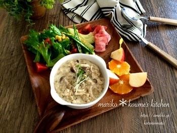 オートミールで作る豆乳ときのこのリゾット。フルーツと野菜を添えてカフェみたいな朝食の出来上がり。