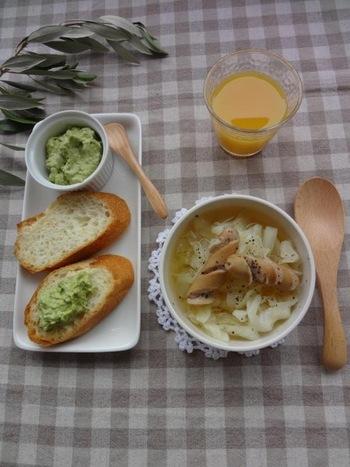 ウインナーとキャベツのスープがメインの朝食。お腹があたたまり、ボリュームもあって大満足ですね。