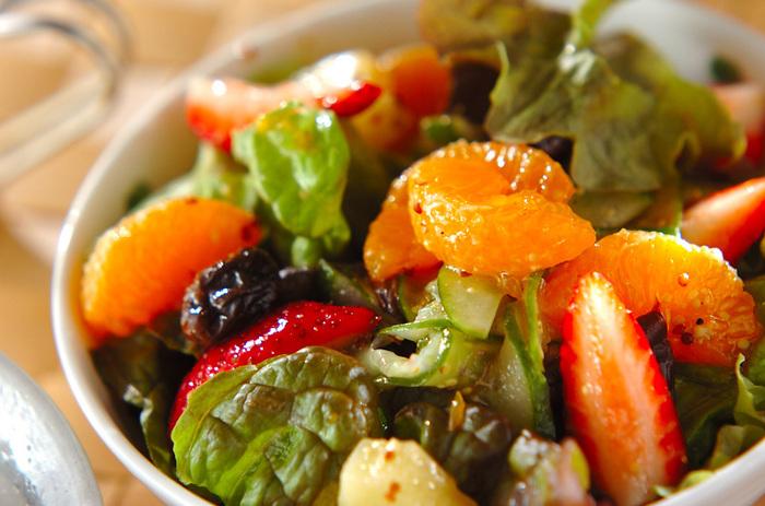 フルーツも野菜も一緒にパパッと食べたい人にオススメなのがフルーツサラダ。これにパンとスープで朝食は完璧!