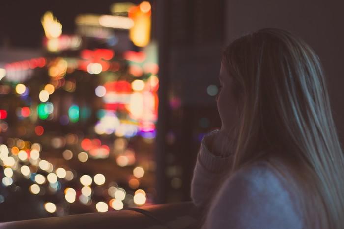 部屋の窓から、ダークブルーの夜空ときらびやかな街の明かりをただ見つめること。何も考えず夜風に吹かれながら。いつもグルグルめまぐるしいくらい働いている思考を止めて、頭の中をリセットしてあげる夜も必要です。