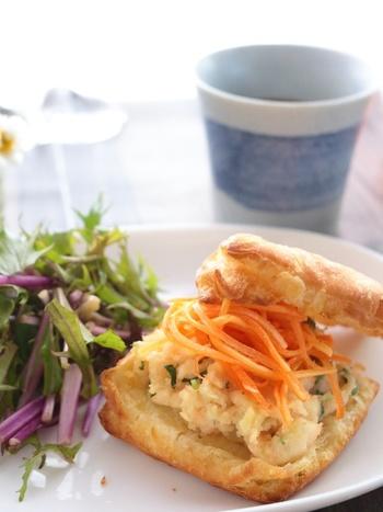 キャロットラペがたっぷり乗ったヘルシーなサンドイッチ。野菜をたくさんとって朝からシャキッと行きたいですね。