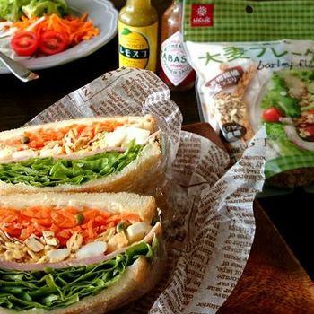野菜たっぷりでボリューム満点な大麦サラダのサンドイッチ。これだけ食べてもほとんど野菜なのでヘルシーです。外での朝食にもぴったり♪