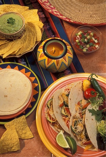 一番簡単にメキシコ感を演出できるテーブルクロス。派手な色合いのクロスを使うだけでもOK!