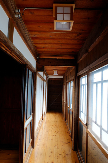 古民家や日本家屋の良いところは何といっても夏が快適に過ごせることです。屋根が高く暑い空気がこもらないのでとても冷んやりとして、冷房がいらないことも多いそう。しかし冬はその逆でとても寒いのです。 古民家や日本家屋は気密性がない家が多く、壁や床下、天井からの隙間風が多いのです。リフォームする場合は床下や壁、屋根裏に断熱材を敷くなどして断熱をすることを忘れないようにしましょう。リフォームできない場合でも、窓に断熱シートを貼ることができます。また、空調を循環させるためにサーキュレーターを回すのも良い方法です。