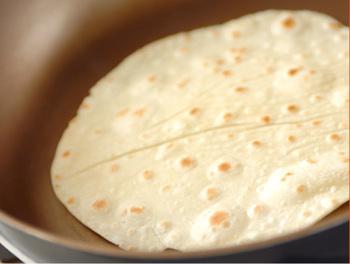 トルティーヤ作りはとっても簡単。 冷凍や冷蔵で売っているものもありますが、ぜひ出来立てが食べられる手作りトルティーヤにトライしてみて。 パン作りと違って、発酵も必要ないので、短時間でできますよ♪